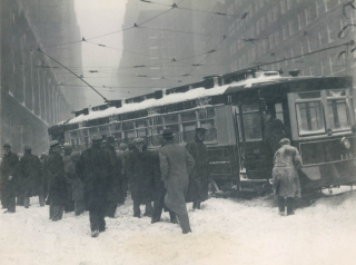 Trolley-stuck-in-snow-1925-photo-Acme