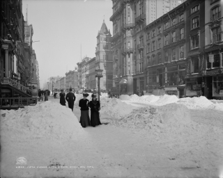 1905-Fifth-Avenue-27th-Streeet-cleaning-up-after-snow-photo-Detroit-Publishing-900x721
